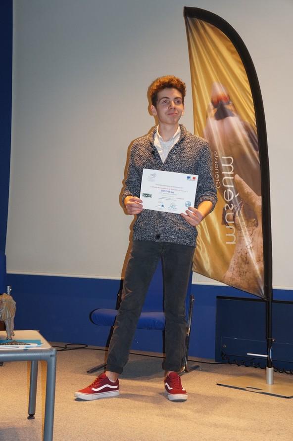 Le lauréat recevant son diplôme